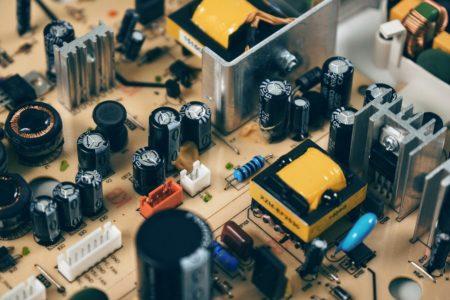 コンデンサとは?英語、役割、記号、静電容量の単位、極性、公式、他