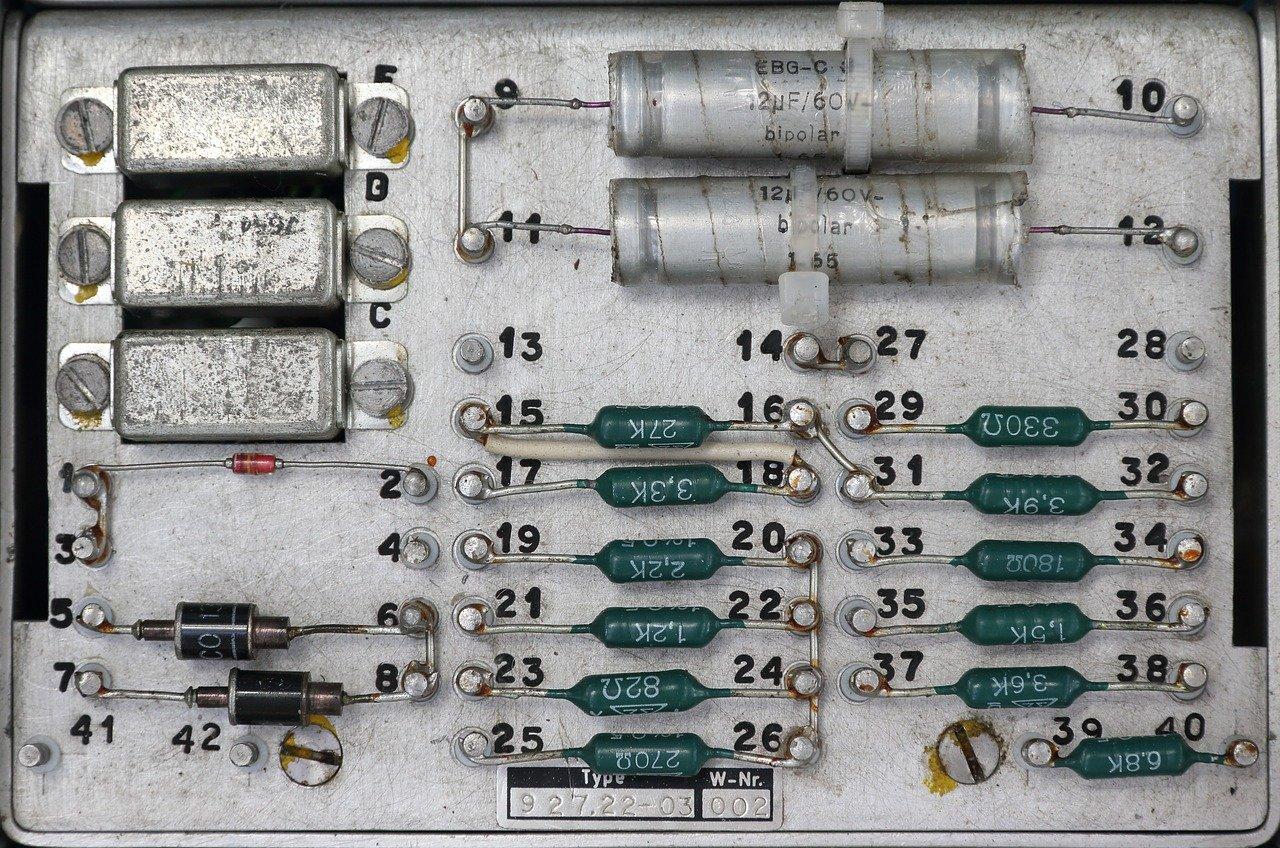 トランジスタとは?仕組み、記号、特性、向きなどを解説