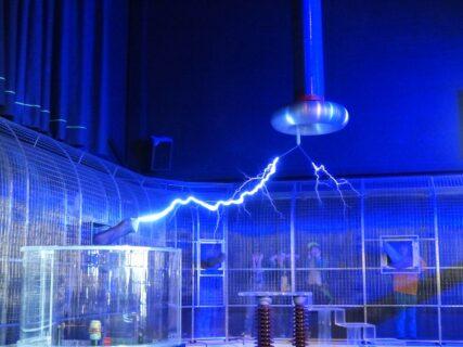 アーク放電とは?原理、事故事例、温度、対策を解説する