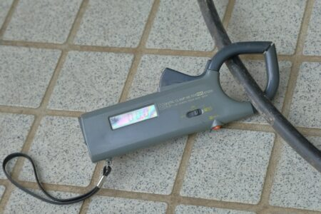 クランプメーターとは?原理、使い方、漏れ電流、おすすめ商品など